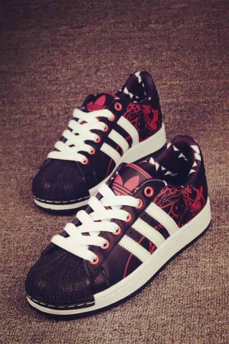 新款黑红美女涂鸦休闲情侣运动鞋