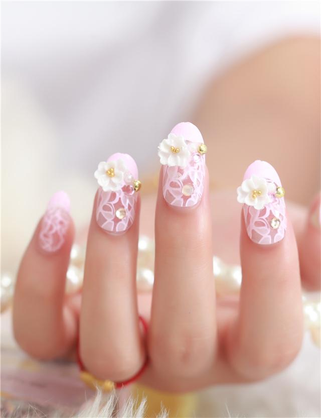粉色蕾丝花纹美甲
